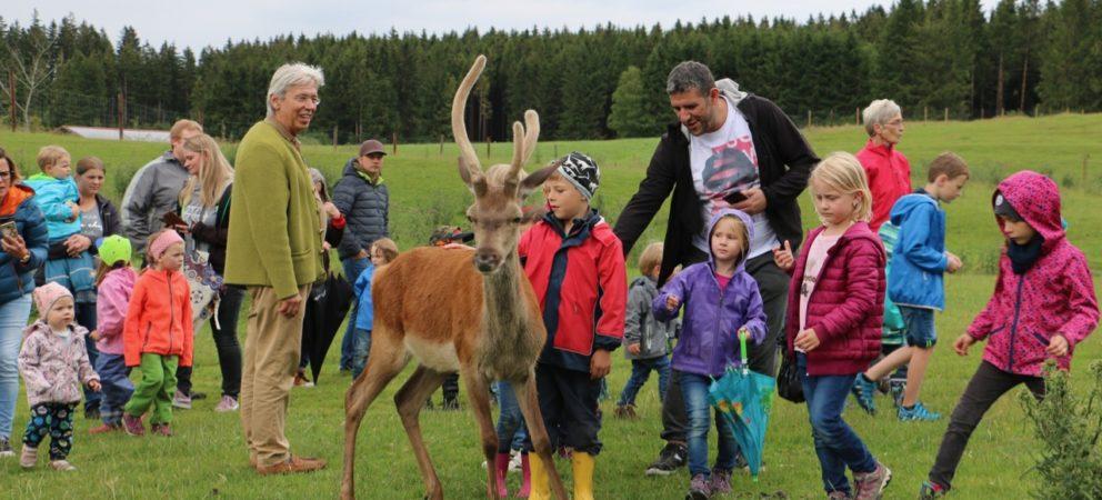 Kindergarten Bidingen zu Besuch auf Gut Rosenhof